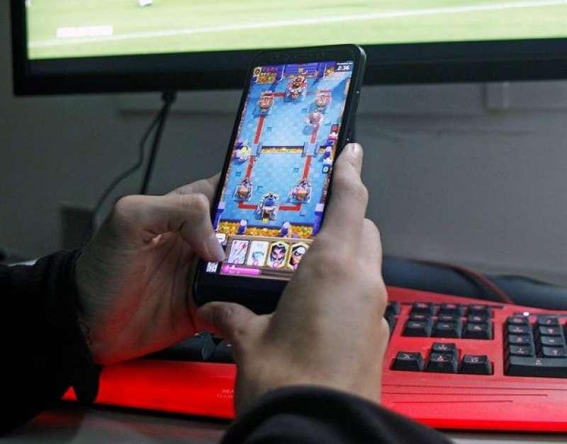 Un joven juega con su móvil. EFE