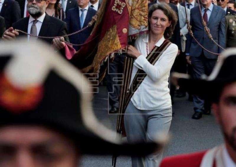 La concejal de ValC María Oliver, portando la Senyera en la procesión cívica en 2017. EFE/Archivo