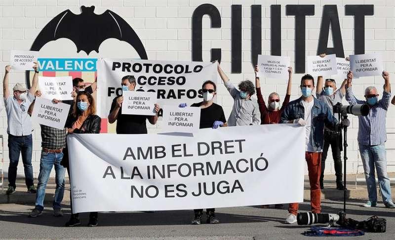 Fotoperiodistas deportivos se concentran en las instalaciones de la Ciudad Deportiva del Valencia CF, convocados por la Unió de Periodistes Valencians para reclamar el acceso a los entrenamientos y partidos de LaLiga. EFE/Manuel Bruque