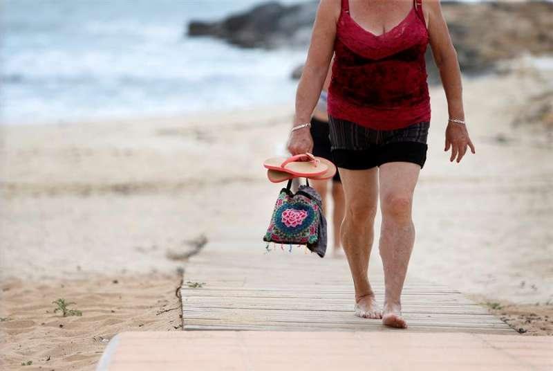 Dos mujeres pasean por la playa de Los Locos de Torrevieja (Alicante), en una imagen de archivo. EFE