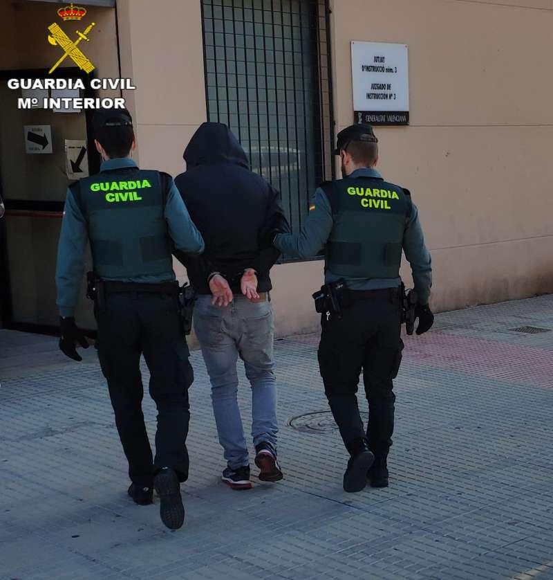 La Guardia Civil con uno de los detenidos