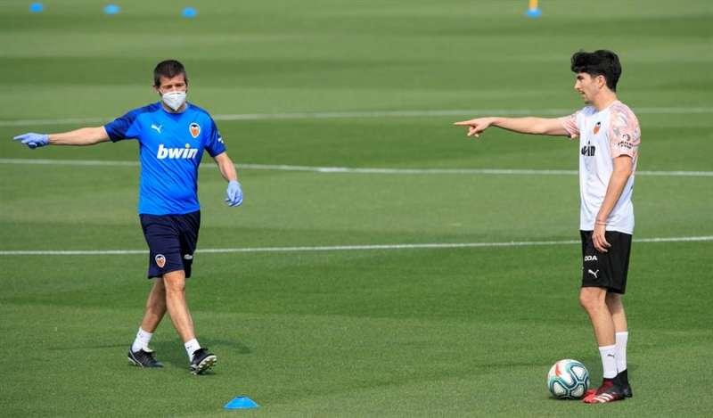 El técnico del Valencia CF, Albert Celades, dirige el primer entrenamiento de su equipo en la desescalada, en una imagen facilitada por el club. EFE