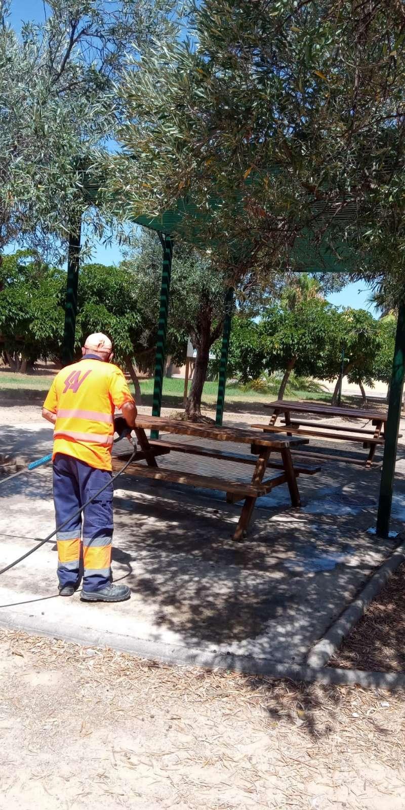 Un operario realizando las tareas de limpieza viaria. / EPDA