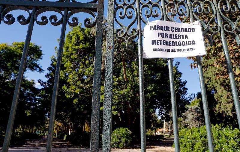 Un parque cerrado en València debido a la alerta por fuertes vientos decretada por Aemet. EFE/Archivo