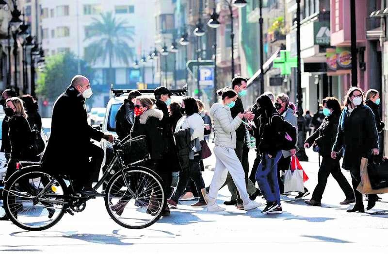 Gent caminant per el carrer./EFE