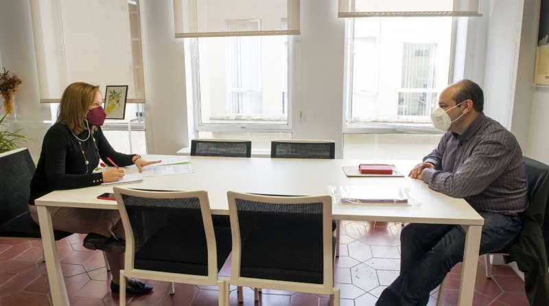 La diputada de Bienestar Social y Calidad Democrática, Pilar Sarrión, ha recibido este jueves en la sede central de la Diputació de València a Ángel Galán, coordinador en la Comunidad Valenciana de Movimiento contra la Intolerancia.