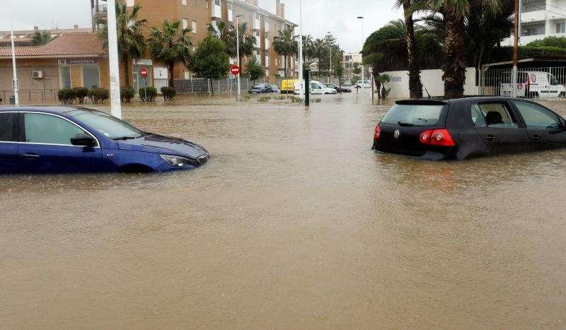 Una calle inundada de Xàbia (Alicante), que ya acumula lluvias de hasta 302,4 litros por metro cuadrado. EFE