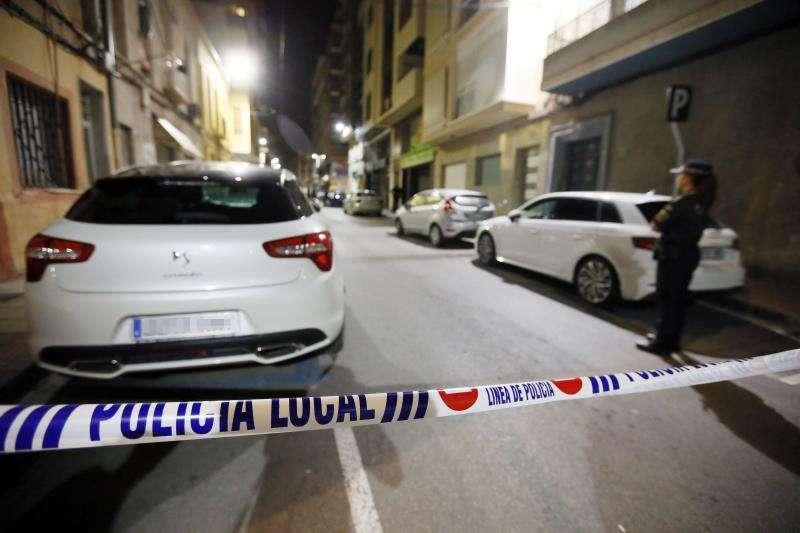 Agentes de la Polic�a Local han acordonado el escenario de un suceso. EFE/Archivo