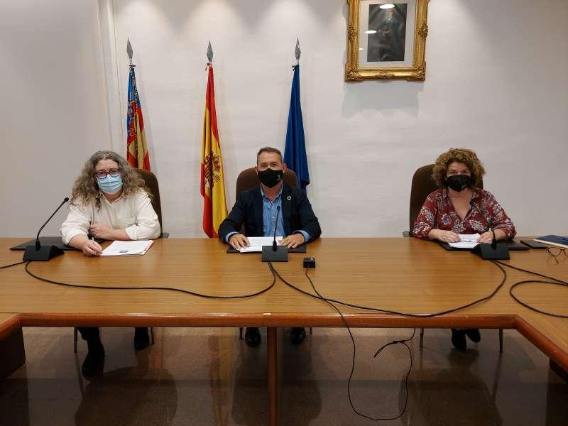 El alcalde con dos concejalas. EPDA