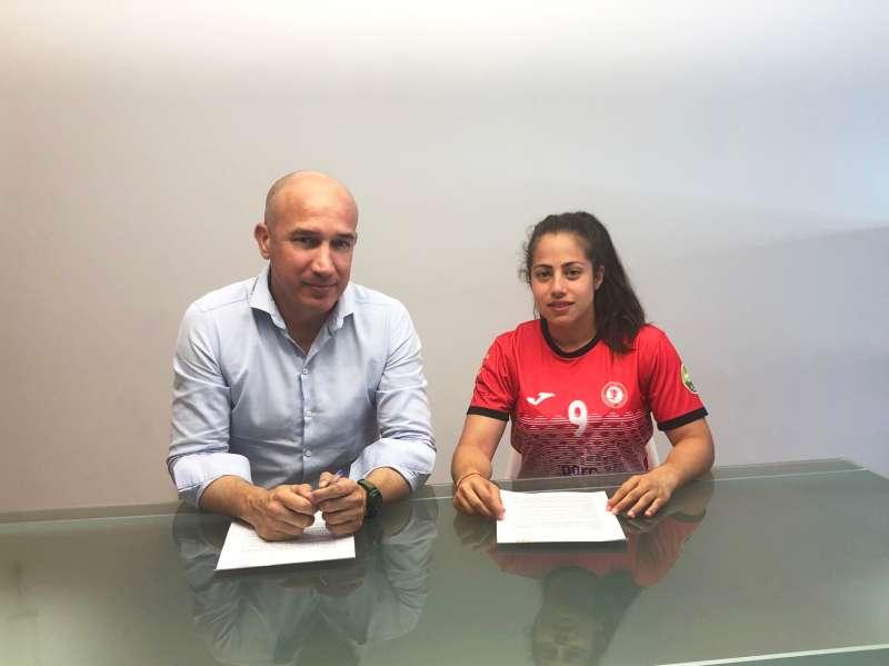 Firma del contrato con la jugadora. EPDA