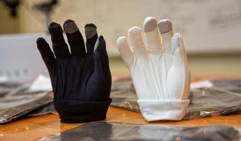 Vista de dos guantes fabricados por JMP Ingenieros.efe