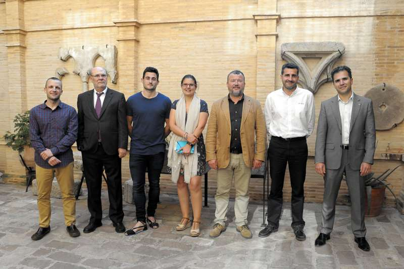 El alcalde y la concejala y diputada autonómica con los ponentes de la jornada. EPDA