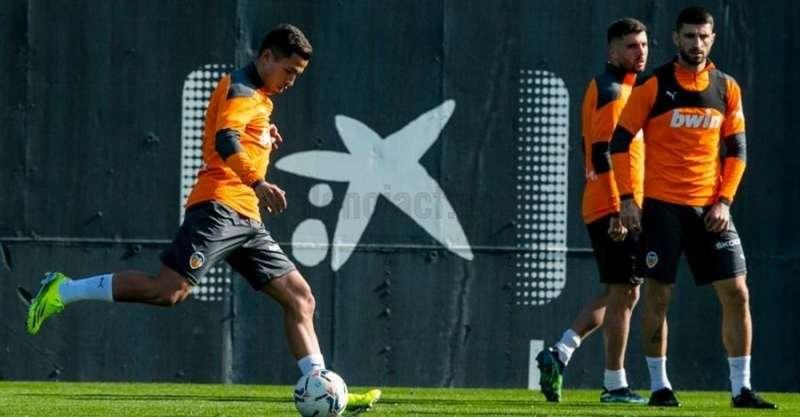 La plantilla del Valencia entrena antes de enfrentarse al Celta, en una imagen compartida en redes por el club.