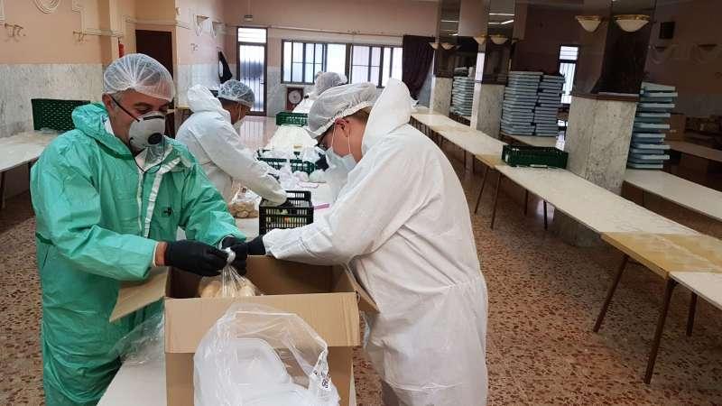 Reparto de alimentos y material higiénico para evitar el contagio y la propagación del Coronavirus en estas residencias. / EPDA