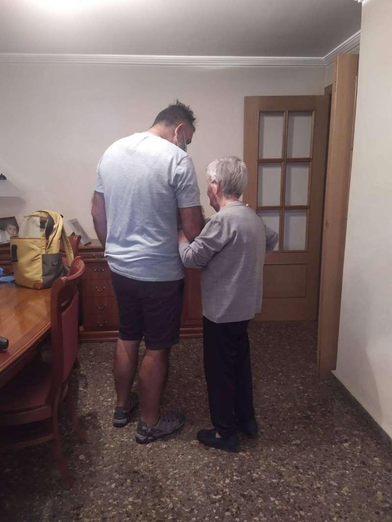 Servicio de atención a una persona mayor
