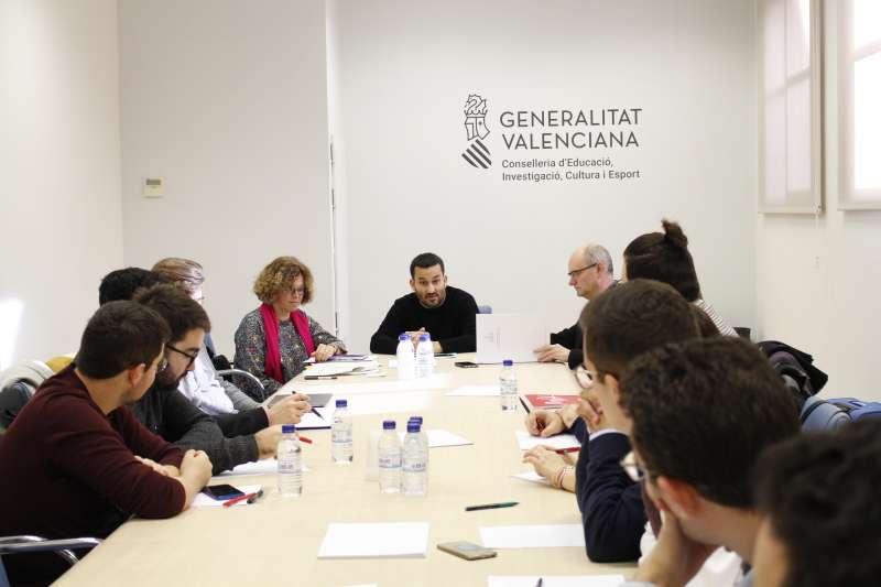 Reunión del conseller con estudiantes