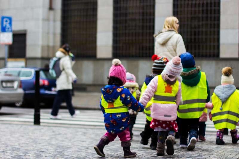 Imágen de niños caminando hacia el colegio./EPDA