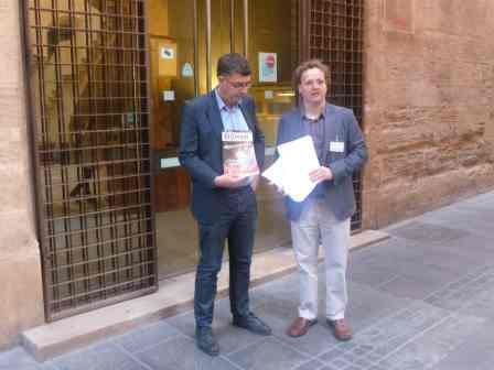 El Secretari Local de Compromís per Alboraia, fa entrega de les signatures al síndic i portaveu de Compromís a les Corts, Enric Morera. Foto: EPDA.