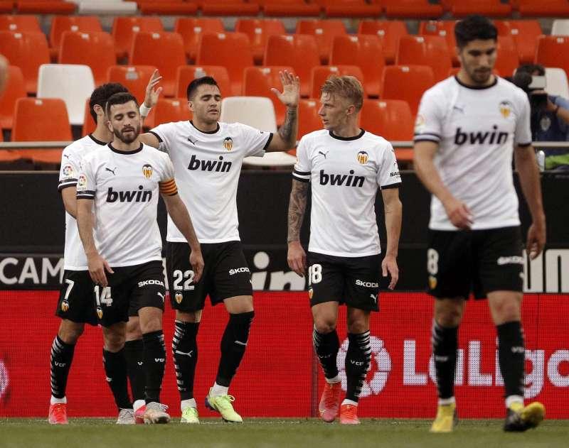 Maxi Gómez, celebra con sus compañeros Daniel Wass y José Luis Gayá anotar el 1-0 ante el Real Valladolid