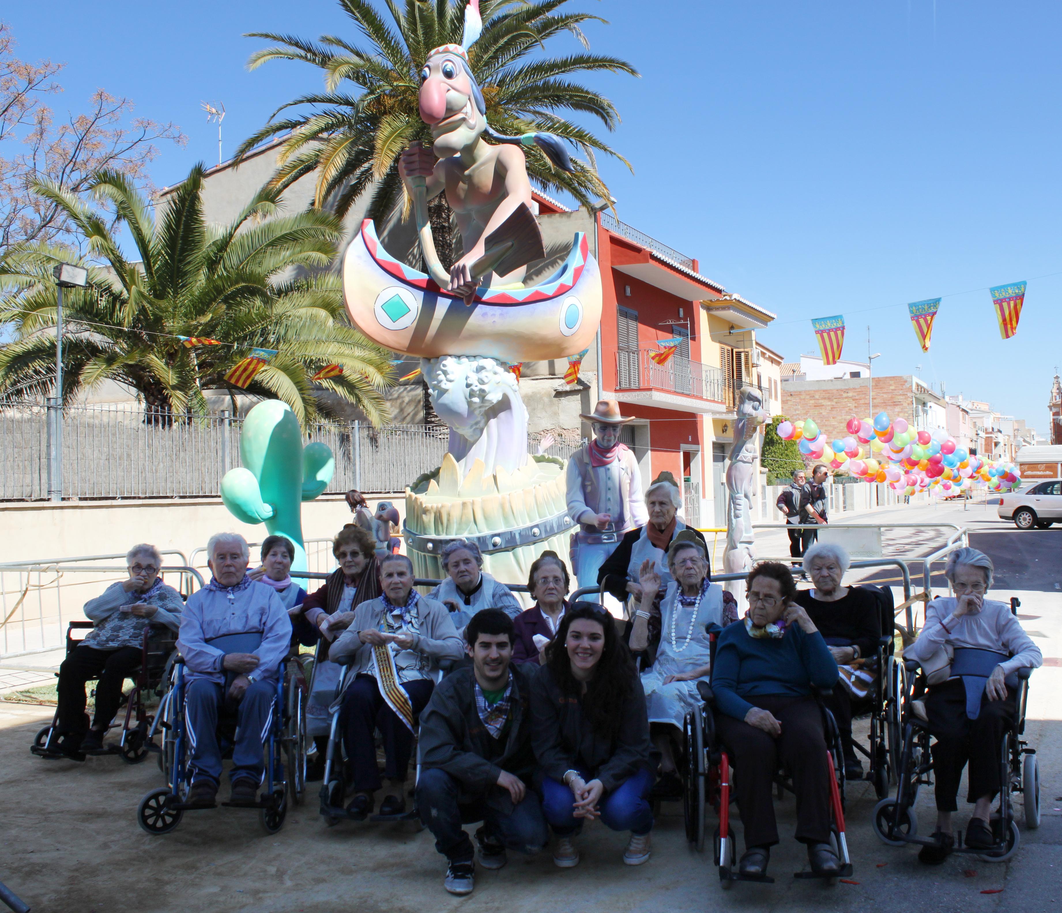 Los mayores han pasado una divertida mañana que ha continuado con la visita a la Falla local ?El Tabalet.