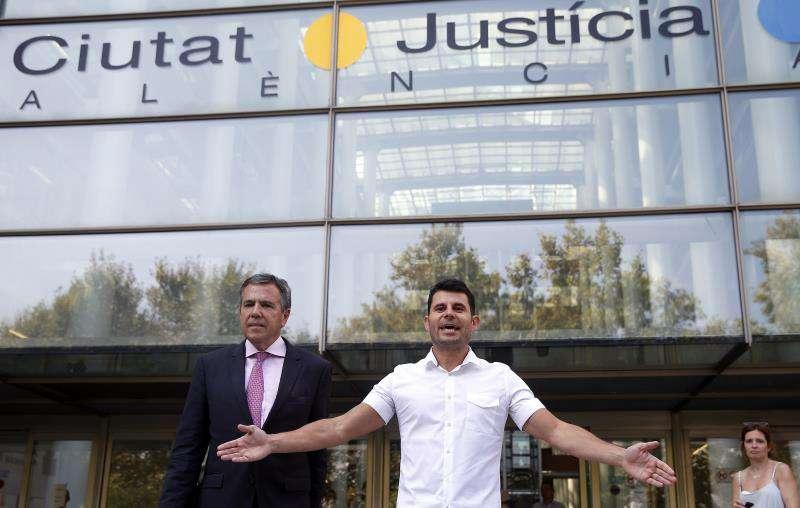 Javier Sánchez Santos, que pide ser reconocido como hijo del cantante Julio Iglesias y que asegura disponer de una prueba de ADN que lo certifica, en la Ciudad de la Justicia de València. EFE/Archivo