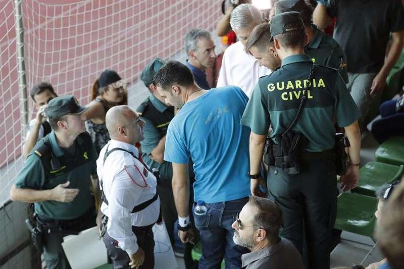 Varios agentes de la Guardia Civil intervienen durante un partido de fútbol. EFE