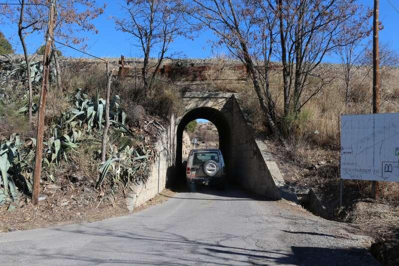 El puente no permite el paso ni de un microbús