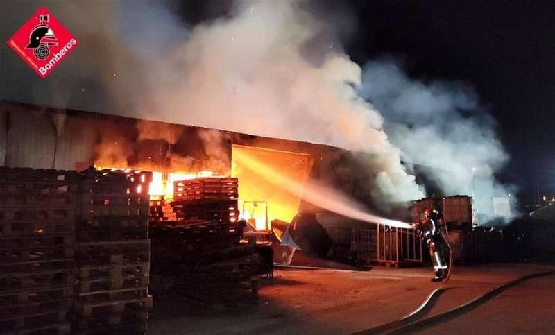 Momento del incendio, en una imagen del Consorcio de Bomberos de Alicante.