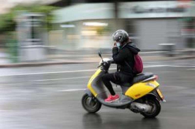 Un motorista protegido con mascarilla se desplaza por las calles de València durante el segundo día del estado de alarma aprobado por el Gobierno. EFE