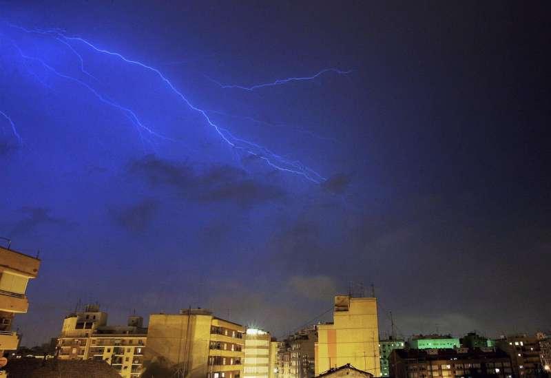Un rayo cruza el cielo del norte de Valencia.