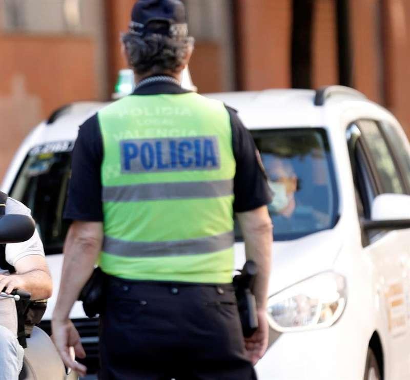 Un agente de la Policía Local de Valencia.EFE/ Juan Carlos Cárdenas/Archivo