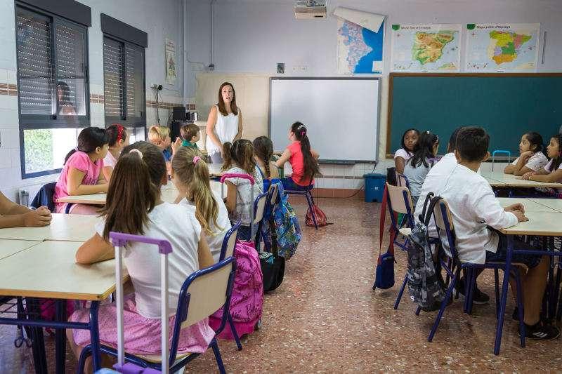 Estudiantes dando clase