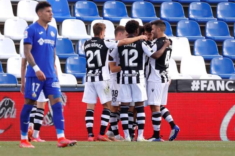 Los jugadores del Levante celebran el gol contra el Getafe, durante el partido de la jornada 37 de Liga en el Coliseum Alfonso Pérez, en Getafe. EFE/J.J. Guillén