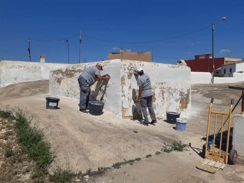 Dos operarios trabajan en las obras de reparación de las casas-cueva de Paterna, en una imagen facilitada por el Ayuntamiento