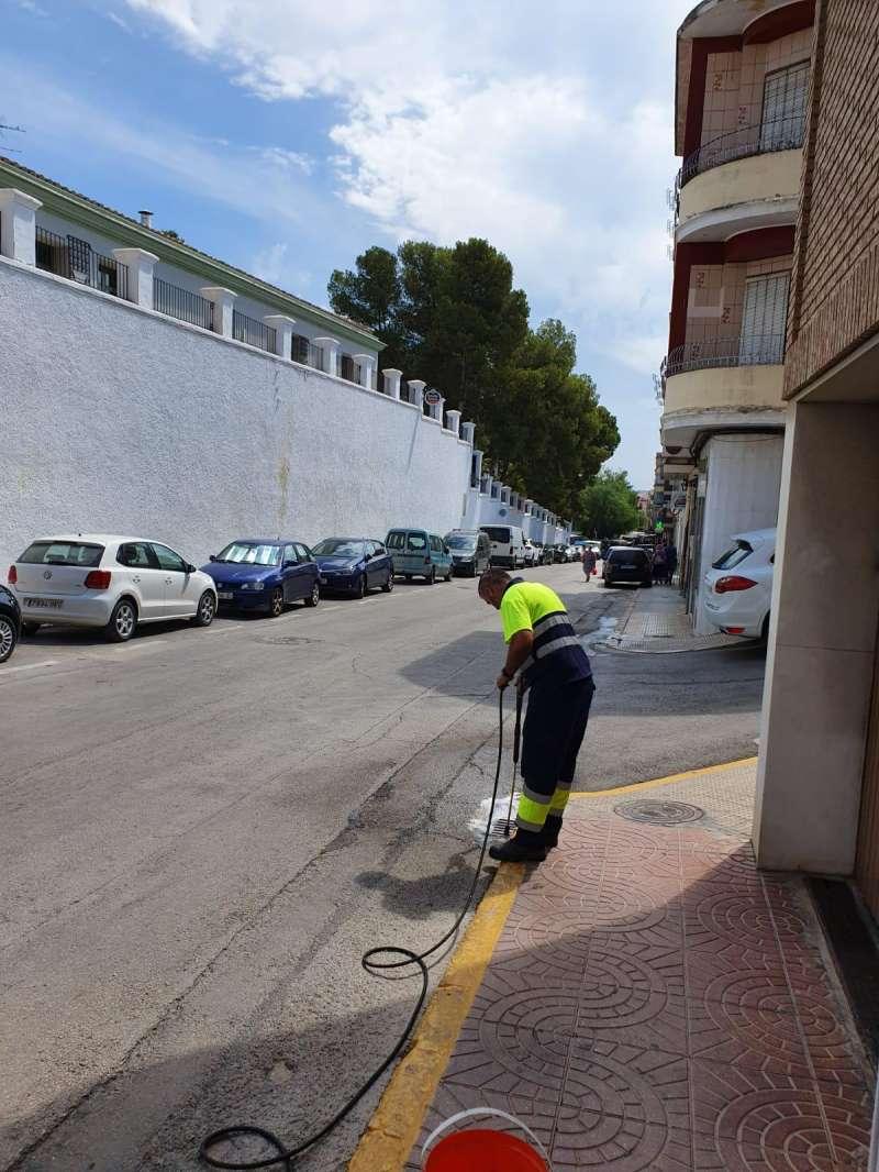 Uno de los operarios trabajando en las calles de Benaguasil