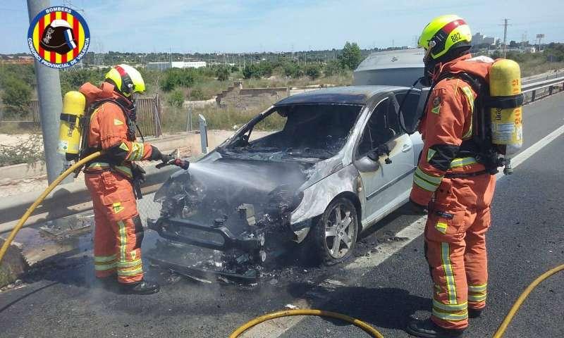 Imagen de bomberos en el accidente. EPDA
