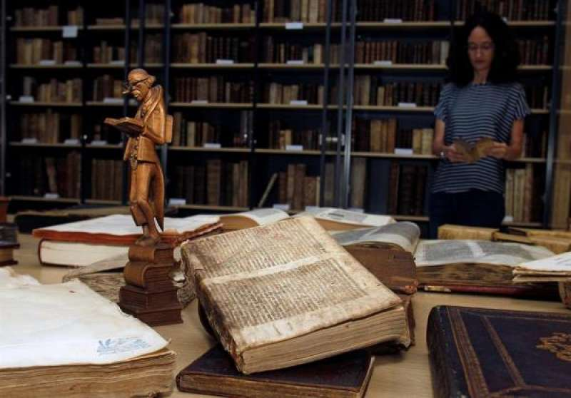 Imagen de archivo de una mujer hojeando un libro. EFE/ Pep Morell/Archivo./ EPDA