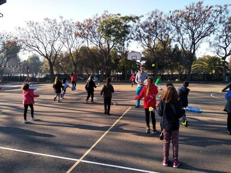 Niños practicando deporte en un colegio, en una imagen facilitada por la Generalitat. EFE