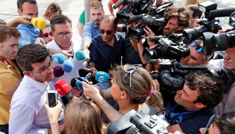 El expresidente de la Diputación de Valencia, Jorge Rodríguez, atiende a los medios de comunicación tras quedar en libertad. EFE/Archivo