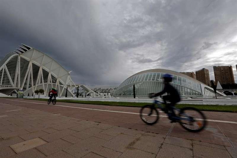 Dos niños pasean en bicicleta ante la Ciudad de las Artes y las Ciencias de València, en una imagen de archivo. EFE/ Juan Carlos Cárdenas