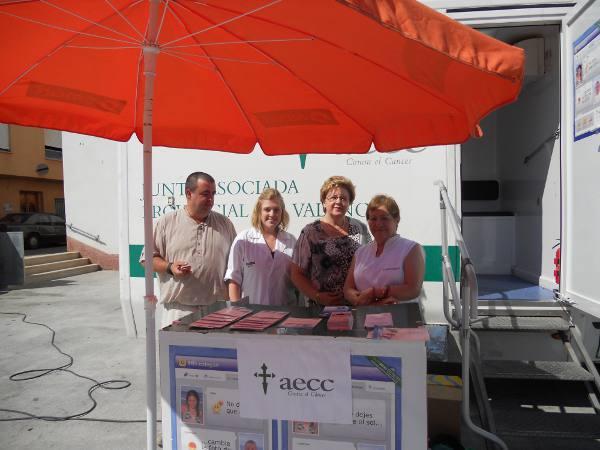 La doctora con miembros de la asociación y vecinos en Torres Torres. EPDA