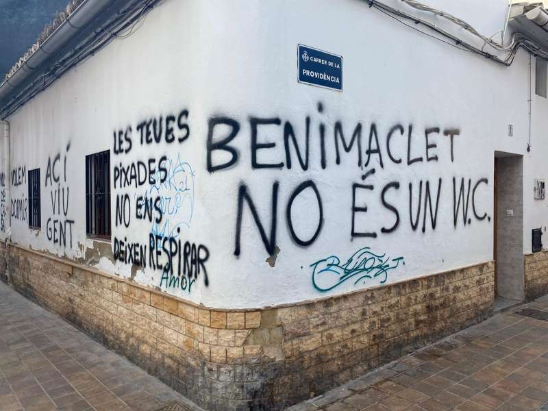 Una vivienda pintada por sus propietarios para llamar la atención sobre los problemas que les genera el botellón. EFE