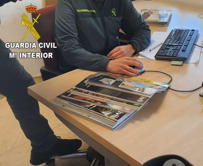 Guardia Civil con la información recopilada. EPDA.
