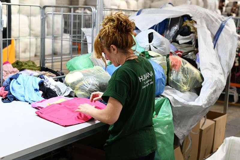 Un momento de la recolección y clasificación de residuo textil en Riba-roja./epda