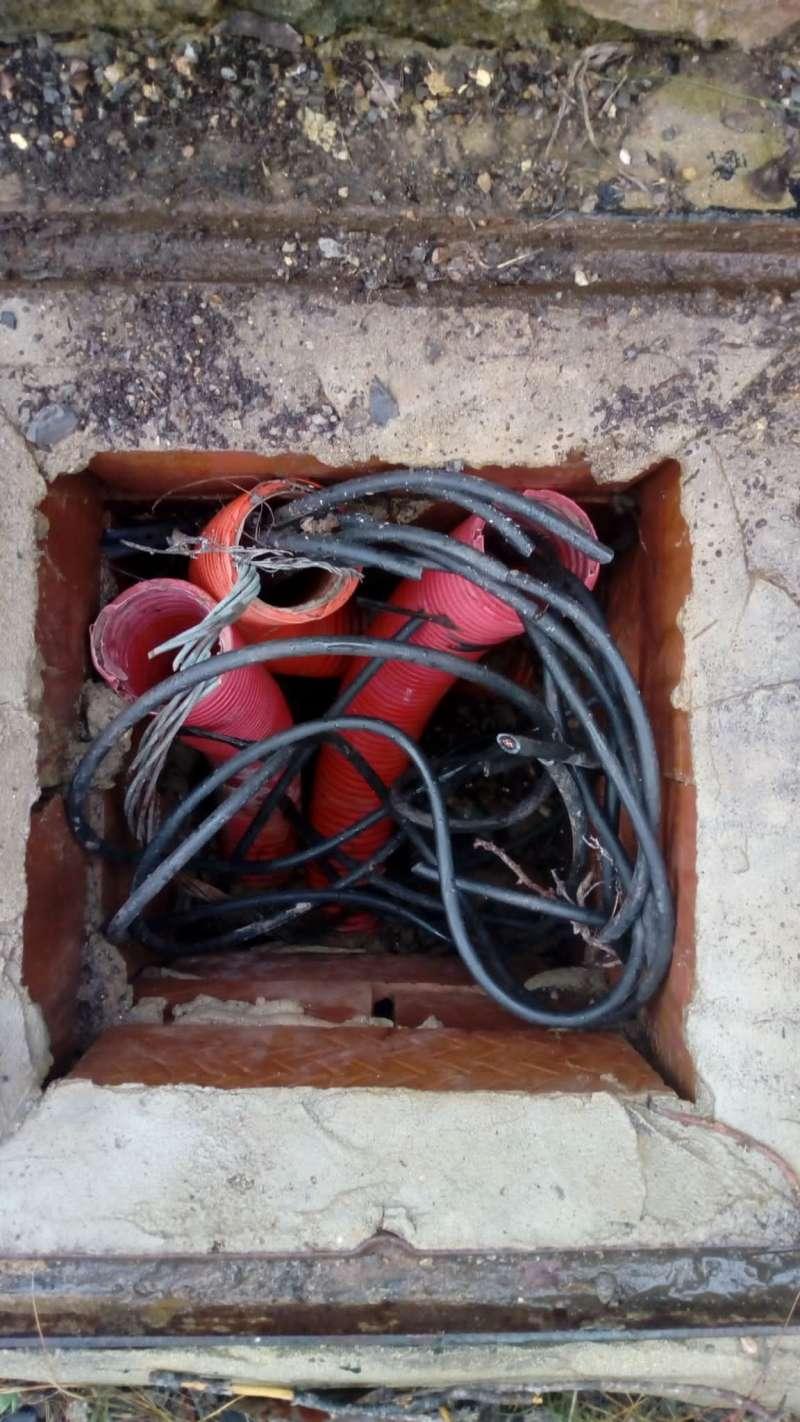 Cables destrozados de una de las farolas de Alfara de la Baronia. / EPDA