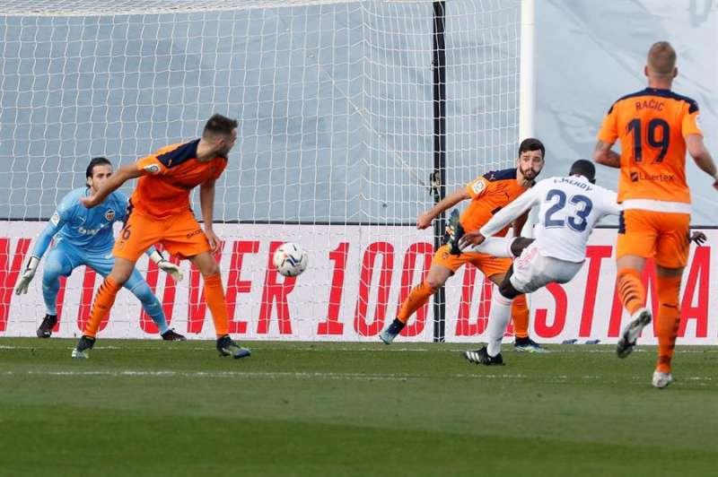 Imagen del partido que el Valencia ha perdido por 2-0 en su visita al Real Madrid. EFE