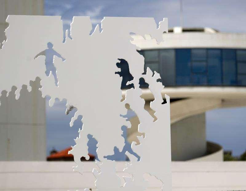 Varios operarios instalan en la plaza del Centro Niemeyer de Avilés (Asturias), la escultura