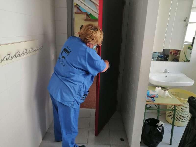 Un empleada limpia uno de los centros de Paterna. EPDA