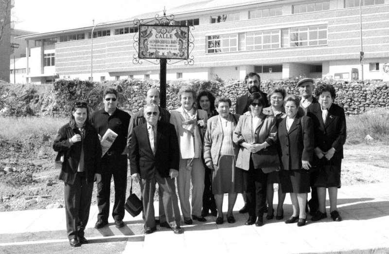 Familiares de Ascensión en la rotulación de su calle en Segorbe, 2000