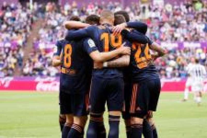 Los jugadores del Valencia celebran el gol anotado por el centrocampista Carlos Soler ante el Valladolid.